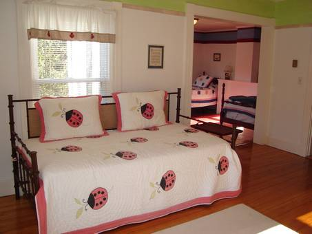 Kids' bedroom (trundle bed)